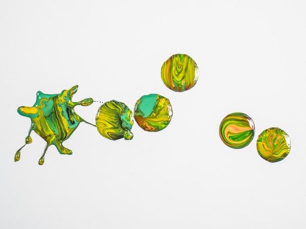Grüne und gelbe farbtropfen