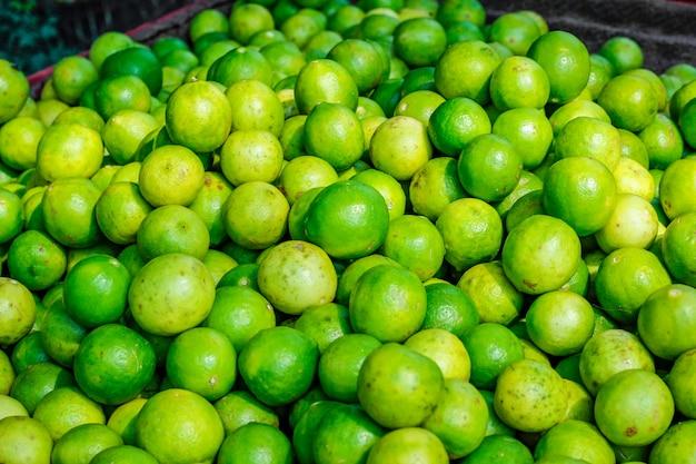 Grüne und gelbe zitrone