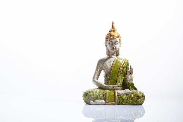 Grüne und goldene buddha-statue. meditation, spiritualität und zen-konzept.
