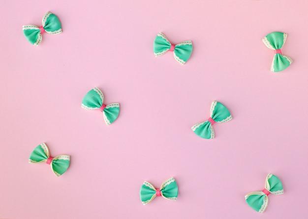 Grüne und rosa schleifen