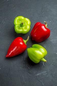 Grüne und rote paprika von oben auf freiem raum der dunklen oberfläche