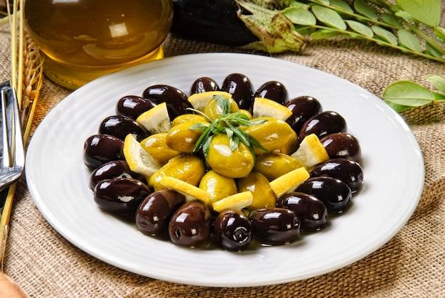 Grüne und schwarze oliven zubereiteten