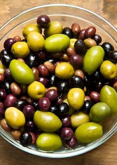 Grüne und schwarze oliven