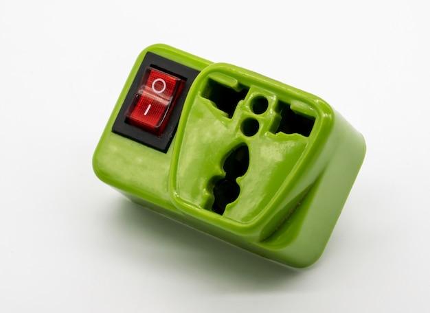 Grüne universal-steckeradapter, reiseadapter mit on-off-schalter