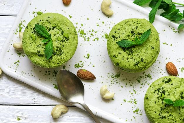 Grüne vegane matcha-rohkuchen mit minze und nüssen. gesundes leckeres essen