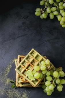 Grüne waffeln mit trauben