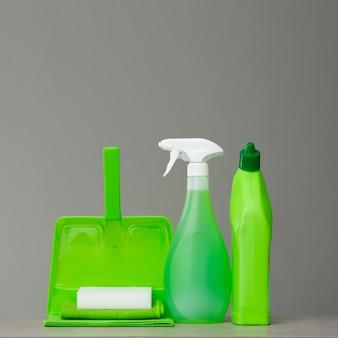 Grüne waschmittelflasche für die toilette, sprühflasche für die glasreinigung, schwamm-, schaufel- und staubtuch