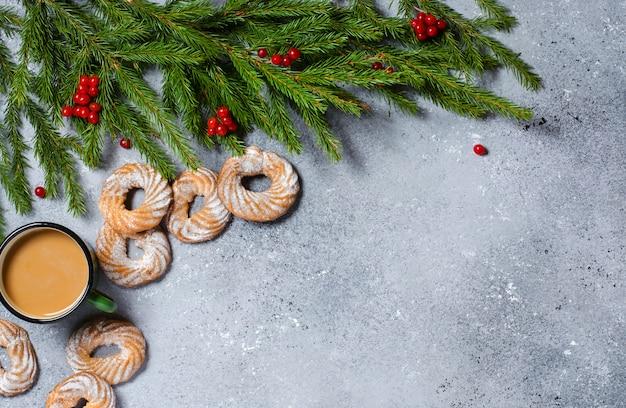 Grüne weihnachtsbaumaste, kiefernkegel.