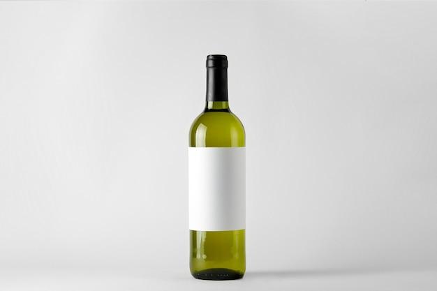 Grüne weinflasche mit weißwein lokalisiert auf weiß