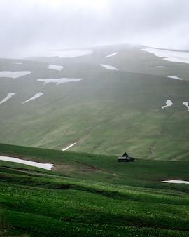 Grüne wiese auf dem plateau ruhige wiesen