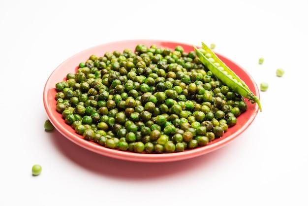 Grüne würzige erbsen, gebraten oder geröstet, namkeen, trockene snacks oder chakna, die in indien mit cocktailgetränken konsumiert werden