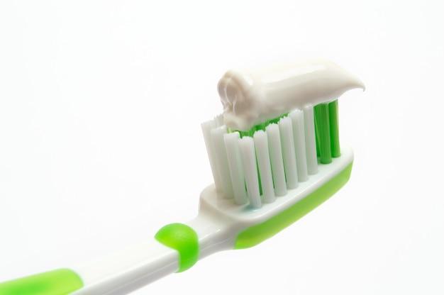 Grüne zahnbürste auf einem weißen hintergrund