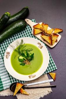 Grüne zucchini-cremesuppe.