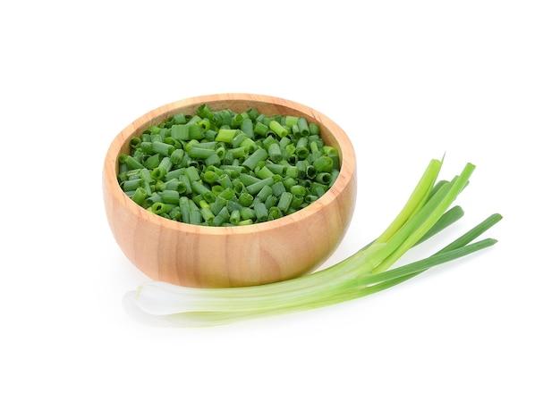 Grüne zwiebel lokalisiert auf weiß
