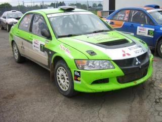 Grünen mitsubishi rallye-auto