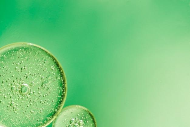 Grüner abstrakter hintergrund mit kleinen blasen