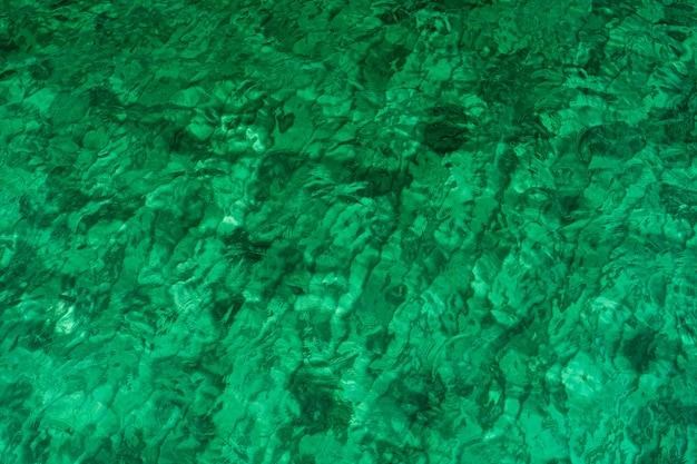 Grüner abstrakter texturhintergrund des smaragdgrünen meerwassers.