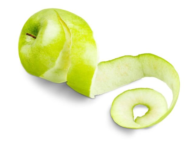 Grüner apfel geschält mit verdrehter haut