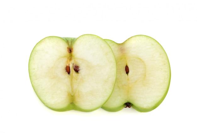 Grüner apfel geschnitten lokalisiert auf weiß