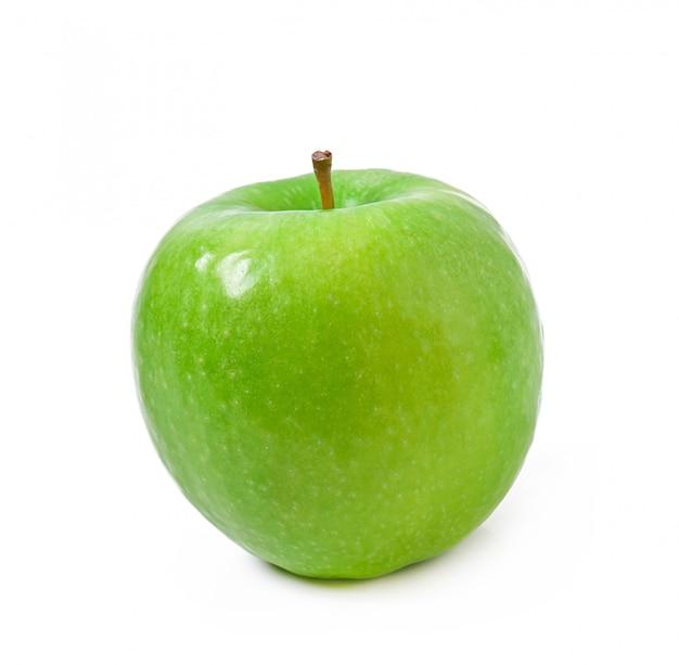 Grüner apfel getrennt auf weiß