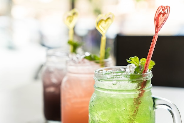 Grüner apfel, heidelbeere, litschi soda