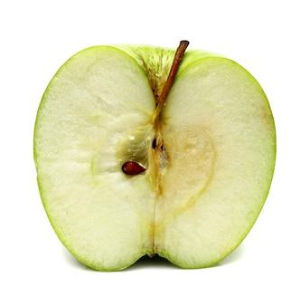 Grüner apfel ist in einem schnitt