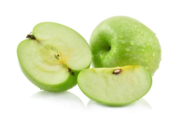 Grüner apfel mit wassertropfen auf weißem hintergrund.