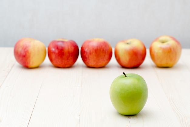 Grüner apfel, roter apfel denken anderes konzept oder führungskonzept