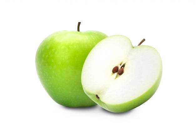 Grüner apfel und hälfte getrennt auf weiß