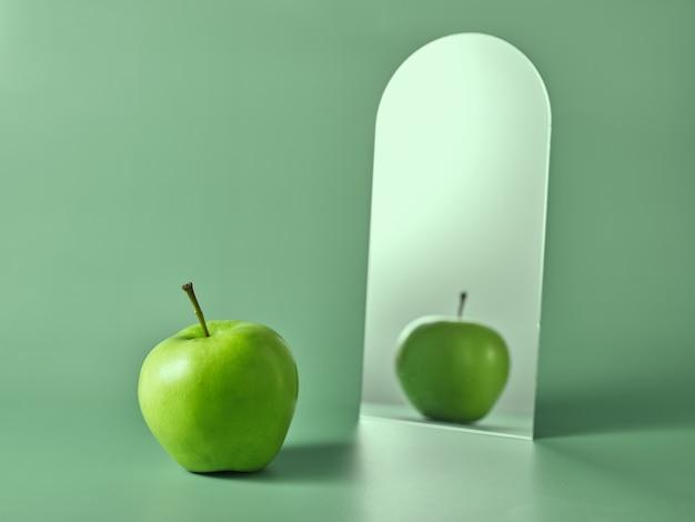 Grüner apfel und sein spiegelbild