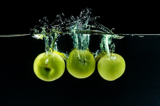 Grüner apfel unter wasser