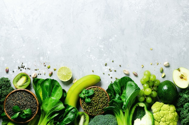 Grüner apfel, zucchini, gurke, avocado, grünkohl, limette, kiwi, trauben, bananen, brokkoli, marmorierte linsen, mungbohne