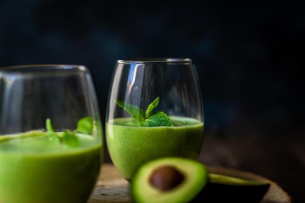 Grüner avocado-milchshake. köstlicher und gesunder smoothie