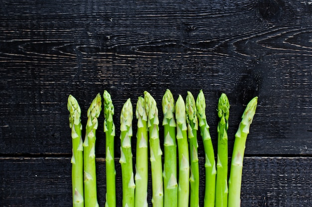 Grüner bio-spargel.