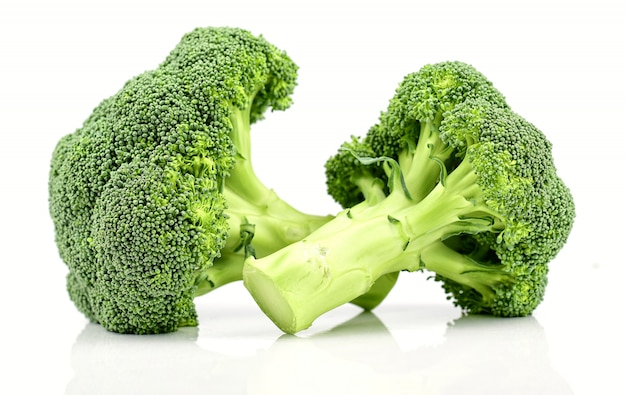 Grüner brokkoli lokalisiert auf einem weißen hintergrund.
