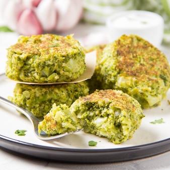 Grüner brokkolipfannkuchen, geschmackvolles und gesundes mittagessen, vegetarisches diätlebensmittel