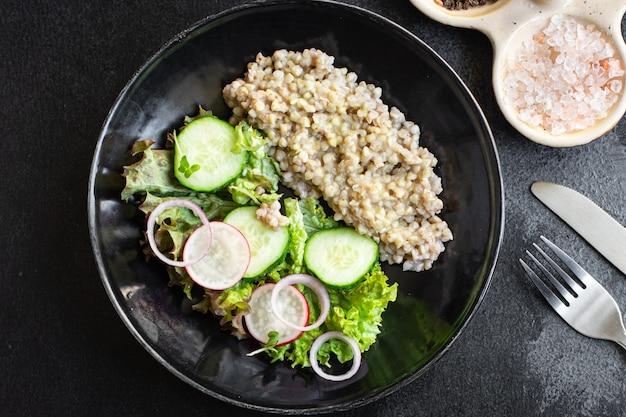 Grüner buchweizensalat gemüse salat mix mahlzeit snack