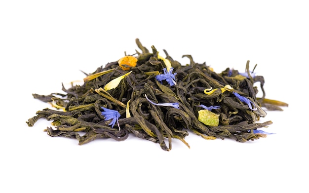 Grüner ceylon-tee mit kornblume und kandierten früchten, lokalisiert auf weißem hintergrund.