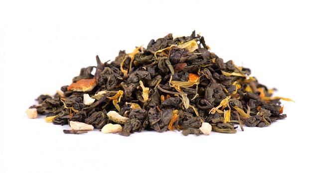 Grüner ceylon-tee mit trockenen blumen und kandierter orange
