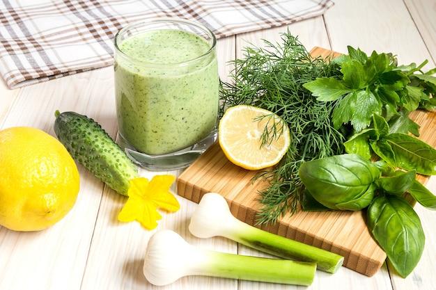 Grüner cocktail aus frischen produkten und joghurt