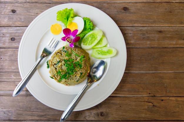 Grüner curry fried rice recipe spicy und würziges heißes thailändisches küchenlebensmittel auf hölzerner tabelle