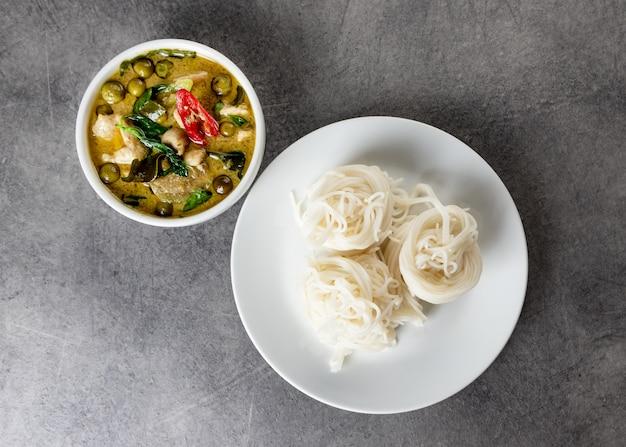 Grüner curry mit reisnudeln, thailändische reissuppennudeln, thailändisches lebensmittel