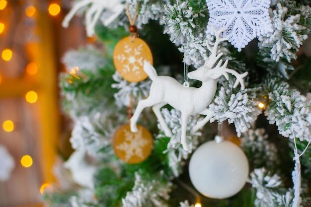 Grüner dekorativer weihnachtsbaum mit abbildung der rotwild