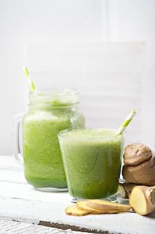 Grüner detox-smoothie. smoothie-rezepte für einen schnellen gewichtsverlust