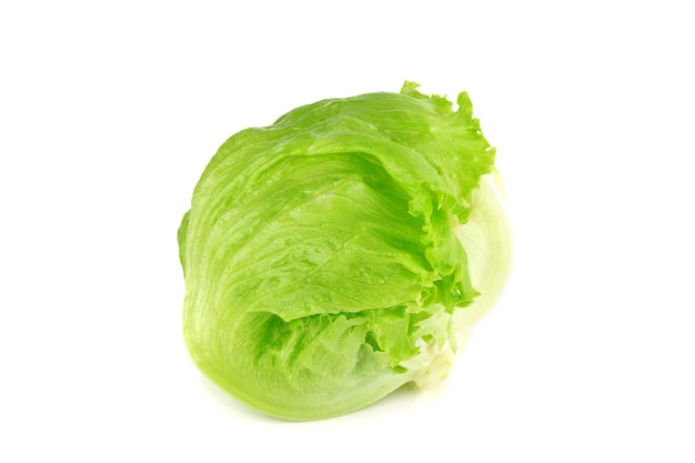 Grüner eisbergsalat lokalisiert auf weiß