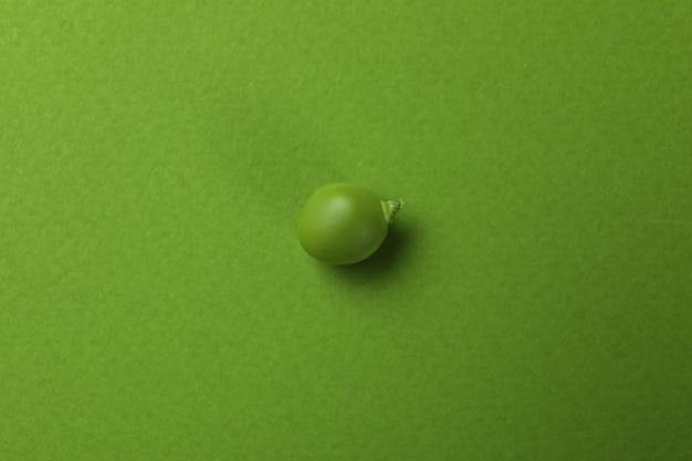 Grüner erbsenkern auf grün, nahaufnahme