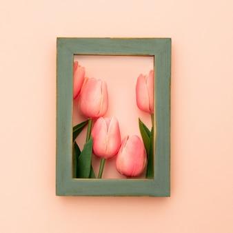 Grüner fotorahmen mit tulpen
