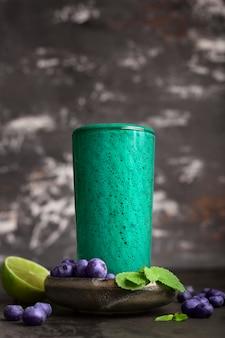 Grüner frischer gesunder smoothie mit blaubeeren.