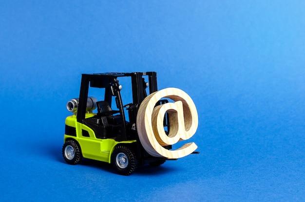 Grüner gabelstapler trägt e-mail-symbol-werbung bei der integration der branche in das netzwerk