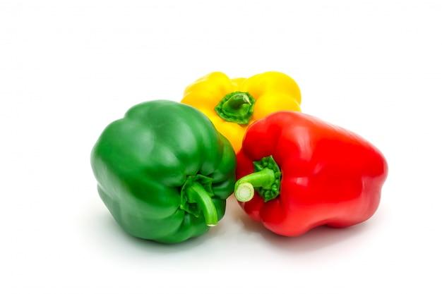 Grüner, gelber und roter frischer grüner pfeffer oder spanischer pfeffer lokalisiert auf weiß.